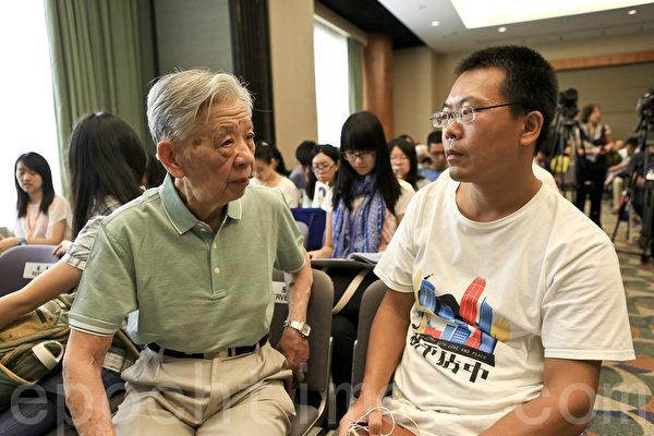 书展期间,著名作家吴思举办研讨会,维权律师滕彪和张思之也到场支持。(余钢/大纪元)