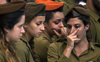 2014年7月21日,以巴边境仍然紧张。毛科(Moshe Malko)在边境保卫战中死亡,图为以色列耶路撒冷在葬礼中伤心的女兵。(Lior Mizrahi/Getty Images)
