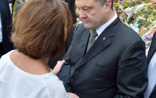 """乌克兰总理波罗申科,接受CNN专访表示,马航MH17事件,绝不是一个简单的误射,而是一个无异于""""9.11""""的惨案。图为波罗申科2014年7月21日在乌克兰基辅,荷兰驻乌大使馆前,慰问一位来自荷兰的女士。 (SERGEI SUPINSKY/AFP/Getty Images)"""