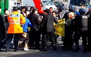7月18日,当习近平车队经过时,两名男法轮功学员拉起了一幅大横幅冲到马路边向车队展示,然而不到10秒钟,近十名华人恶徒一涌而上,再次当众抢夺横幅,场面混乱,有人在冲突中倒地。(大纪元)