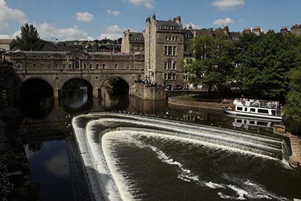 英国巴斯知名的普尔特尼桥坐落在雅芳河上。(Matt Cardy/Getty Images)