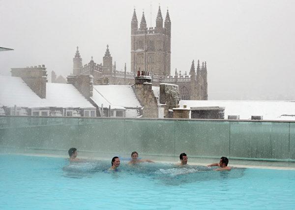 游客在屋顶温泉浴场享受冬天巴斯温泉。(Matt Cardy/Getty Images)