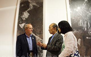 图:因拍摄长城而著名的中国摄影家陈长芬7月19日开始在美国圣地亚哥举行《长城》摄影展。图为他(中)通过翻译和西人观众、摄影爱好者Michael Murphy(左)交谈。(杨婕/大纪元)