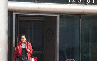 2011年10月18日下午,李华红离开位于皇后大道125-10号的皇后郡刑事法院。(杜国辉/大纪元)