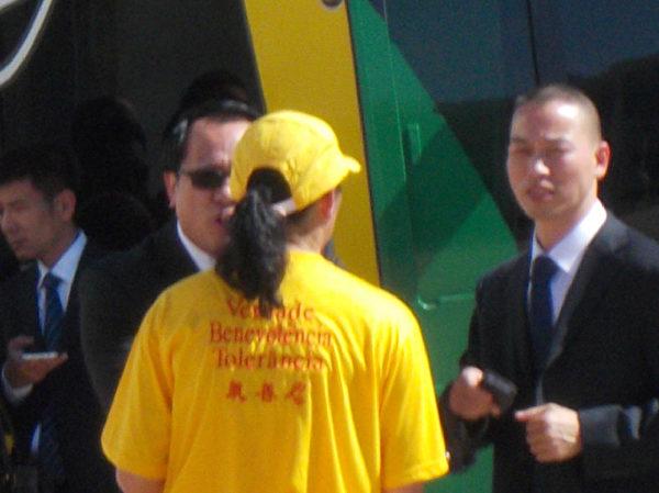 7月16日,中共官員挑釁法輪功學員。(大紀元)