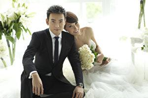 林千钰(右)与焦恩俊今年3月于亲朋好友见证下完成文定。(民视提供)