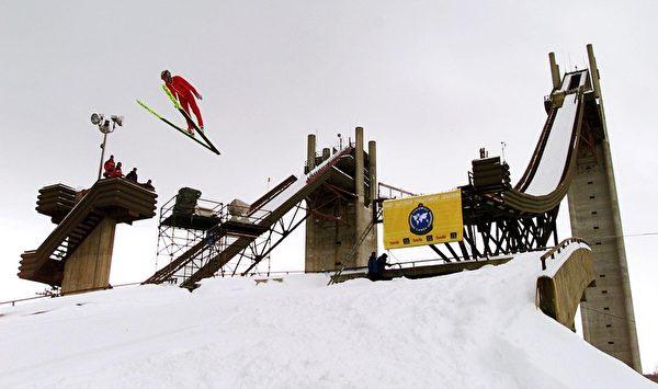 美国纽约州普莱西德湖划雪跳台(Timothy A. Clary/AFP/Getty Images)
