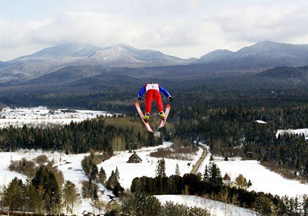 美国纽约州普莱西德湖高山划雪(Timothy A. Clary/AFP/Getty Images)