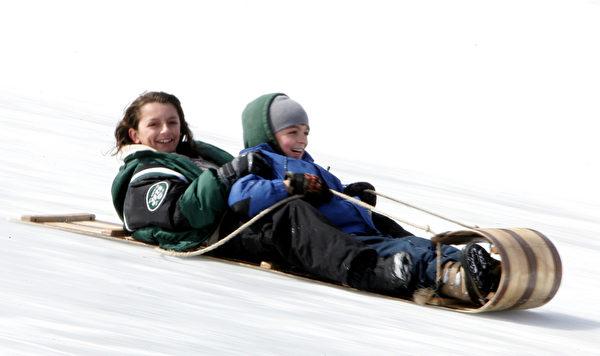 美国纽约州普莱西德湖乘坐雪橇(DON EMMERT/AFP/Getty Images)