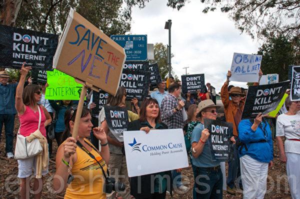 7月23日,支持網絡中立的示威者舉著牌子,向奧巴馬抗議。(屈婧/大紀元)