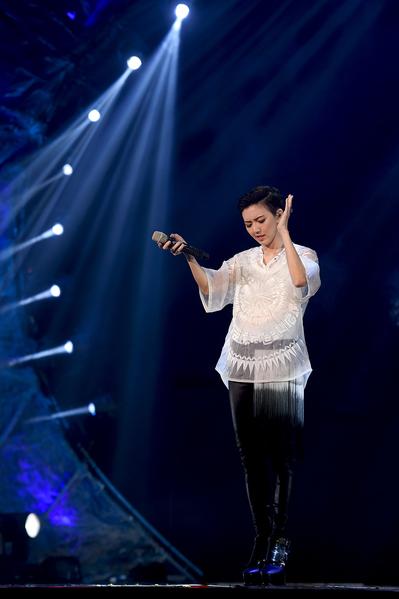 燕姿的歌聲讓全場充滿了浪漫氛圍,觀眾聽得如癡如醉。(香港環球提供)