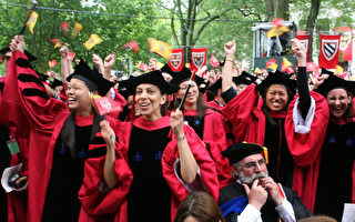 美国哈佛大学的博士生毕业典礼。2014年世界大学排名中心的最佳大学排行榜中,哈佛大学位居榜首。(Robert Spencer/Getty Images)