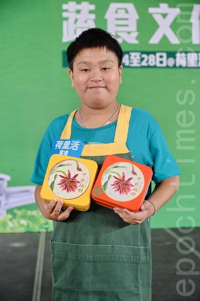 谭真一招呼客人来买健康月饼。(宋祥龙/大纪元)