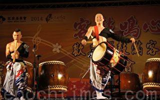 舞太鼓飞鸟组乐团,是太鼓达人飞鸟五郎所创,搭配日本传统能剧及艺伎表演,除敲击各种不同太鼓外,还有洞箫的吹奏。(詹亦菱/大纪元)