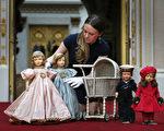 英皇家收藏基金会策展人安娜.雷诺兹在布置展品——英女王伊丽莎白二世的玩偶和推车。(Peter Macdiarmid/Getty Images)