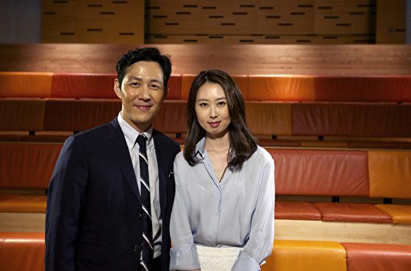 韓國電影《觀相》中首陽大君的扮演者李政宰(左)接受新唐人電視臺《韓流世界》、《ESTAR韓流風》主持人慧秀的專訪。(圖片來源: 《韓流世界》)