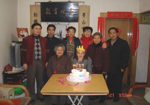 图:陈廷缜将军在世超过一世纪,这是他百岁生辰时与儿孙之合照。中坐者即两佬陈廷缜与陆素影夫妇。陈廷缜将军于104岁辞世。(作者提供)