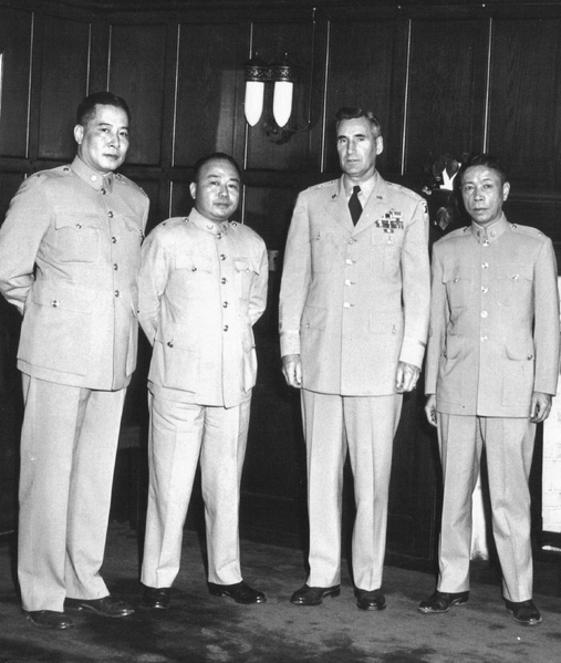 """图:三位早期留英军事留学生于1953年访问美国西点军校时与校长尔文将军合影。自左至右为当时之国防大学教育长余伯泉将军,陆军指挥参谋大学校长黄占魁将军,西点军校校长尔文将军,与我父亲黄埔军校教育长谢肇齐将军。他们三位是为了贯彻国军迁台后,陆军训练全盘美制化而赴美""""取经""""的将领。(作者提供)"""