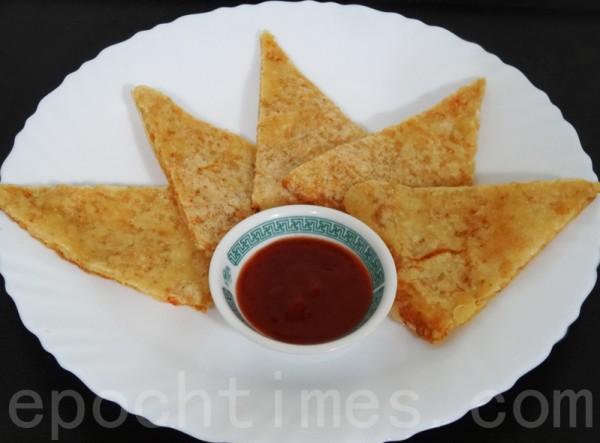 切成小片,沾上甜辣醬食用,酸甜微辣的好滋味。(攝影:彩霞/大紀元)