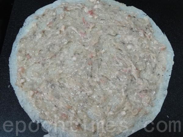 蝦泥均勻抹在潤餅皮或春捲皮上。(攝影:彩霞/大紀元)