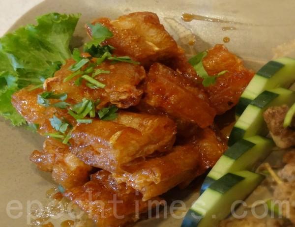 粵菜的「百花鑲油條」酥脆金黃,是蝦餅的姊妹品。(攝影:彩霞/大紀元)