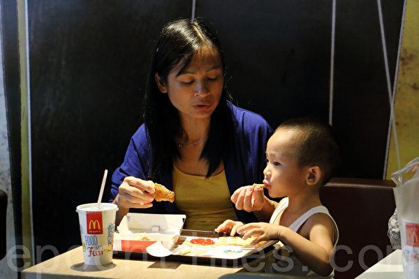 麦当劳被揭用有问题福喜食材,27日首次向公众致歉。(蔡雯文/大纪元)