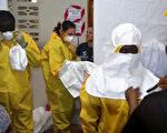 進駐賴比瑞亞伊波拉隔離中心的醫護人員,進出須穿著防護衣,但仍有2名美國人感染。(ZOOM DOSSO/AFP)