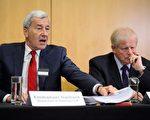 申请赔偿方律师依曼努尔·盖拉德说(左),和GML有限公司(前身为石油巨头尤科斯股东)代表蒂姆·奥斯本(右),在英国的新闻发布会上表示,海牙仲裁法庭已经下令莫斯科支付尤科斯股东500亿美元赔偿。(LEON NEAL/AFP/Getty Images)
