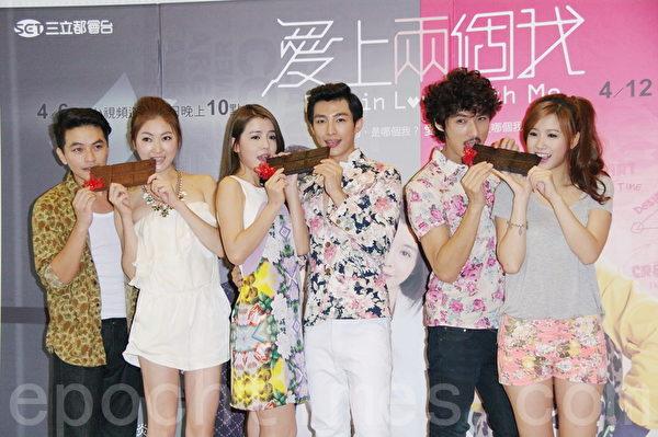 楊銘威(左起)、王凱蒂、李毓芬、炎亞綸、李運慶、方志友於7月29日在台北為偶像劇《愛上兩個我》收視慶功。(黃宗茂/大紀元)