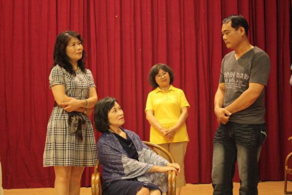 從未有過戲劇演出經驗的志工夥伴們,以舞台劇宣導自殺防治。(何安弘/大紀元)