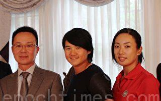 裙摆摇摇会长王政松(左)、曾雅妮(中)、姚宣榆(右)。(摄影:王玉/大纪元)