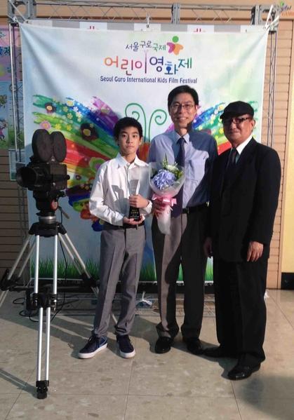 左起為:楊亮俞與爸爸楊榮凱以及NKH FILM監督。(海鵬提供)