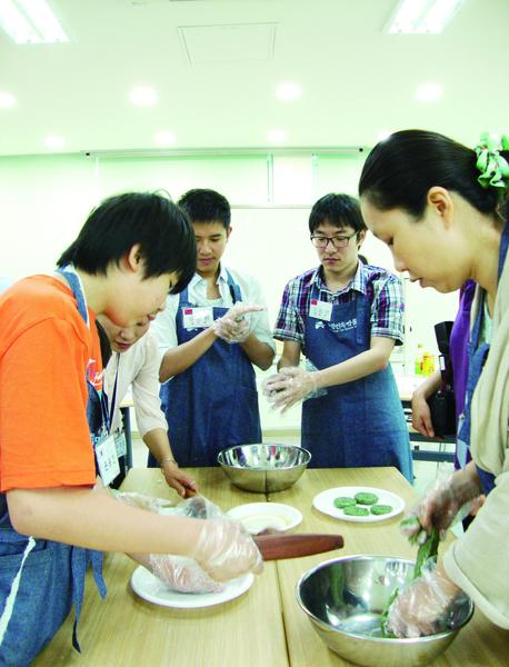 中國留學生體驗韓國端午節。(洪梅/大紀元)