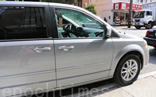 7月29日下午,王先生租來的汽車車窗被砸,證件被盜。(李霖昭/大紀元)