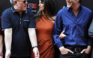 西班牙导演佩德罗‧阿莫多瓦(左)与明星夫妇哈维尔‧巴登和佩内洛普‧克鲁兹。(AFP PHOTO/DOMINIQUE FAGET)