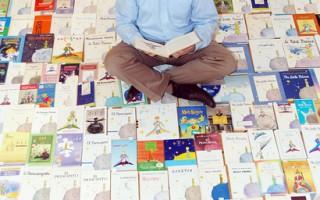 """瑞士人普洛布斯特收藏""""小王子""""30多年,拥有将近 3000册,堪称全球最丰富。 (普洛布斯特提供)"""