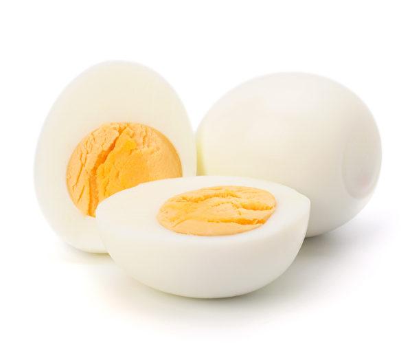 蛋黃的卵磷脂進入人體後,消化吸收後會生成膽鹼,是合成神經傳導物質乙醯膽鹼的原料,能增進記憶力,預防老年失智。年長者偶而吃整顆水煮雞蛋是有益的。(圖片來源:Fotolia)