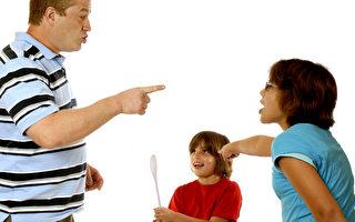 青少年感受恐懼的大腦迴路發育得快,他們對父母的指責會很敏感且非常激動。(Fotolia)