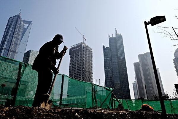 最近,有大陸網絡作家撰寫文章稱,中國一線城市2025年人均GDP將趕超西歐和日本,消息很快上了中國各大媒體網絡的頭條,引起廣泛關注。。圖為高樓林立的上海市和一位民工。(PHILIPPE LOPEZ/AFP)