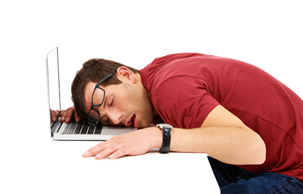 """中年男人身上所呈现出来的疲惫和劳累状态,是""""亚健康""""状态。(fotolia)"""