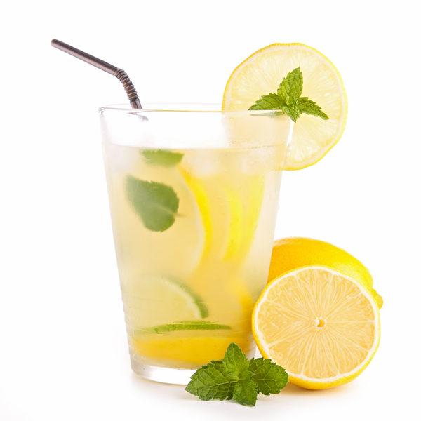 可以以一片檸檬、一片酸橙或一點果汁來調味代替飲料。圖為檸檬水。(Fotolia)