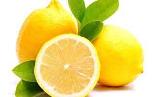 除了营养功效外,柠檬还有很多其它作用。比如:涂在人体表皮上,可以抑制粉刺,除去臭味也有奇效。(Fotolia)