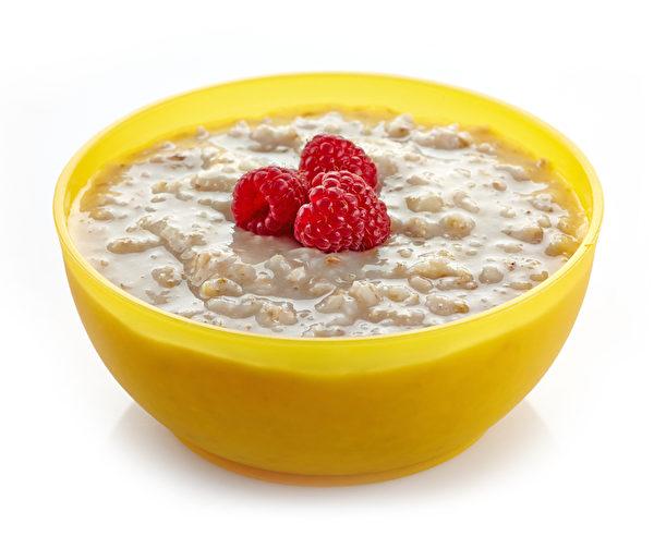 燕麥粥很便宜且富含維生素、礦物質和纖維。(Fotolia)