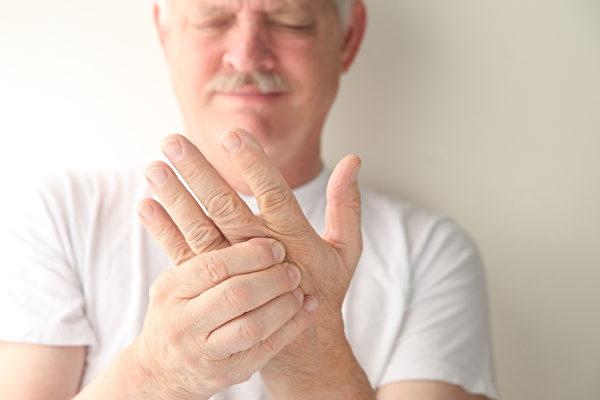早上起床关节僵硬超过一个小时是发炎性关节炎的特征,要注意是否已有类风湿性关节炎。(Fotolia)