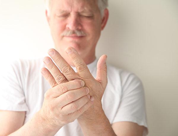 早上起床關節僵硬超過一個小時是發炎性關節炎的特徵,要注意是否已有類風濕性關節炎。(Fotolia)