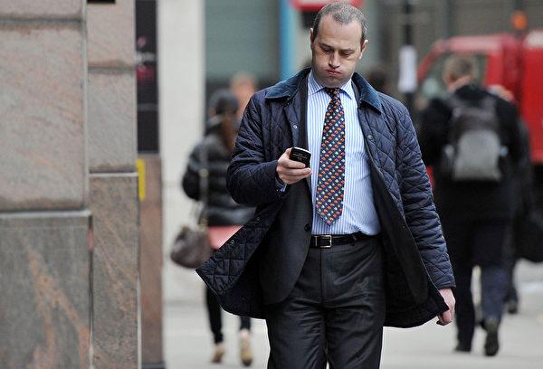 不只开车发简讯或回电话很危险,走路看手机的讯息同样具危险性,当人在低头时非常容易忽视前方迎面而来的人与车。(Bethany Clarke/Getty Images)