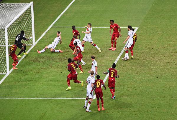 今年世界杯上克洛泽在球门前补进。(Jamie McDonald/Getty Images)