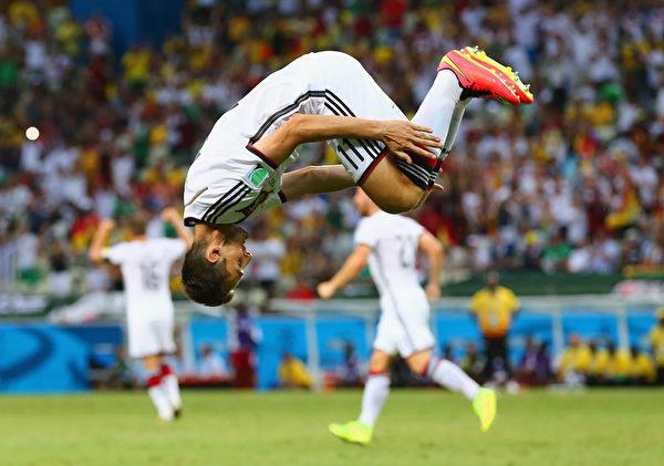 今年6月21日,对战加纳,德国又见克洛泽(Miroslav Klose)攻入球队的第二个进球后招牌式庆祝动作——后空翻。(Martin Rose/Getty Images)