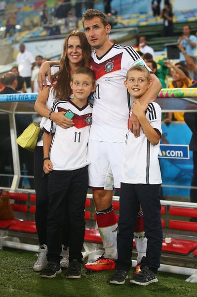 德国36岁老将克洛泽成为历届世界杯进球最多的球员,进球时他伸出三个指头,向看台凝视,这代表他的太太和两个儿子。(Julian Finney/Getty Images)