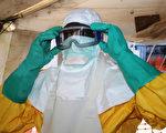 照顧伊波拉病患需穿戴不透水的衣服和手套,戴穿防面罩,如護目鏡和外科口罩。(CELLOU BINANI/AFP)